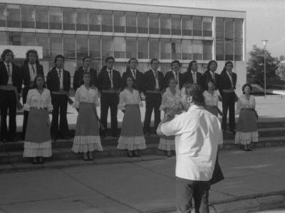 Coro UTE en frontis Casa Central, 1974.