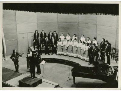 Mario Baeza dirigiendo el Coro UTE