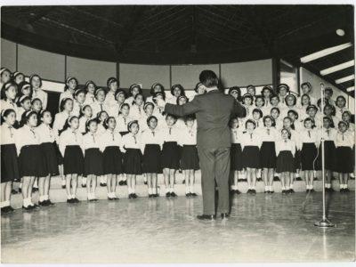 Coro de niñas en interior de la universidad