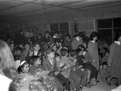 Niños esperando presentación del Coro UTE