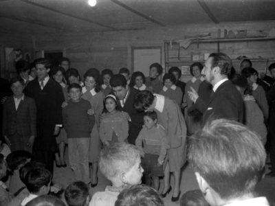 Mario Baeza dirigiendo el Coro UTE en una escuela