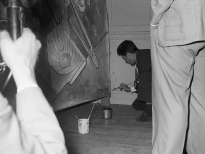 """Firma de Roberto Matta en su pintura """"Vivir enfrentando las flechas"""", donada a la Universidad Técnica del Estado en 1961"""