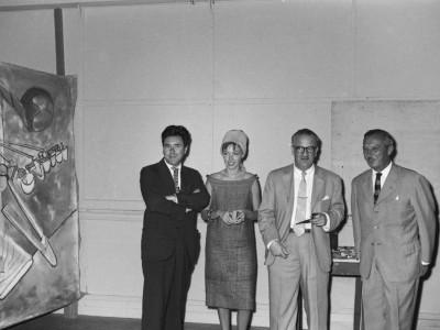 """El artista chileno Roberto Matta junto a su esposa, Malitte Pope, en la ceremonia de entrega de """"Vivir enfrentando las flechas"""", obra donada por el pintor a la Universidad Técnica del Estado en 1961"""