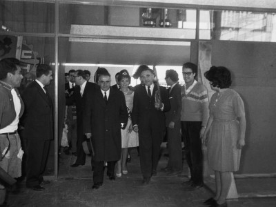 Traslado de la Escuela de Ingenieros Industriales a la nueva Unidad Universitaria, 1962. Se observa en la entrada el rector Horacio Aravena y Santiago Labarca