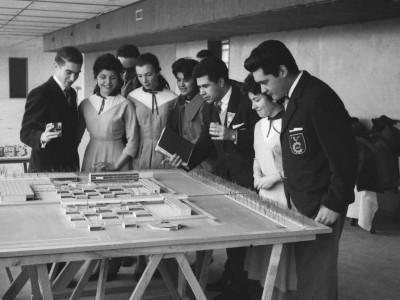 Integrantes del Coro de la UTE observando maqueta de la Unidad Universitaria,1960