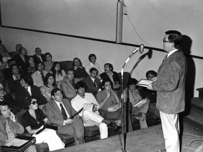 Charla del ingeniero Iván Martínez sobre televisión en color, organizada por el Departamento de Cine y TV UTE y la Embajada de Estados Unidos, en 1974.