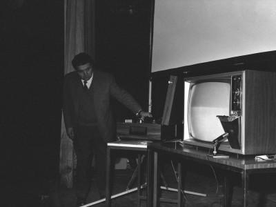Charla sobre televisión en color, organizada por el Departamento de Cine y TV UTE y la Embajada de Estados Unidos, en 1974.