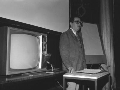 Ingeniero Iván Martínez en charla sobre televisión en color, organizada por el Departamento de Cine y TV UTE y la Embajada de Estados Unidos, en 1974.