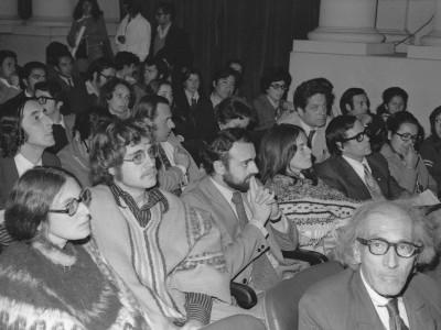 """Asistentes a la muestra de cine animación """"24 cuadros por segundo"""", organizada por el Departamento de Cine y TV UTE en 1974."""