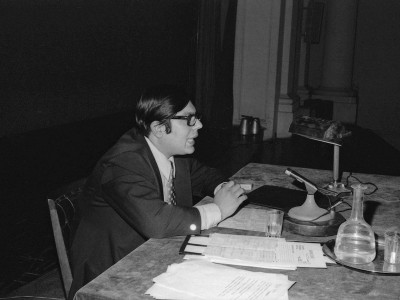"""Carlos González, representante de Televisión Nacional, dirigiendo el foro de la muestra """"24 cuadros por segundo"""" organizada por el Departamento de Cine y TV UTE en 1974."""