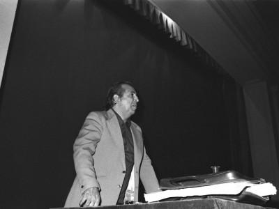 """Percy Eaglehurst, Vicerrector de Extensión y Comunicaciones, en la muestra de cine animación """"24 cuadros por segundo"""", organizada por el Departamento de Cine y TV UTE en 1974."""
