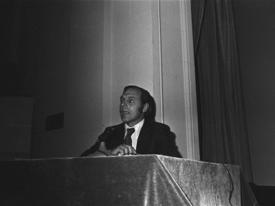 """Mariano Silva, crítico de cine de la Revista Ercilla, en la muestra de cine animación """"24 cuadros por segundo"""", organizada por el Departamento de Cine y TV UTE en 1974."""