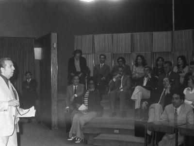 Percy Eaglehurst, Vicerrector de Extensión y Comunicaciones, durante una exhibición del Departamento de Cine y TV en el Salón de Honor de la UTE.