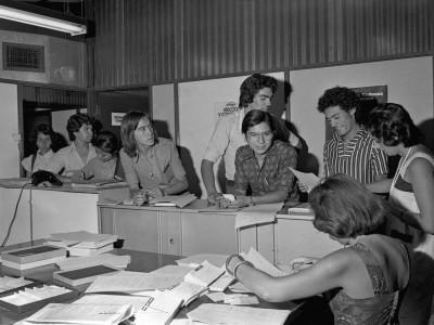 Estudiantes de clase de temporada en el Departamento de Cine y TV, en 1976.
