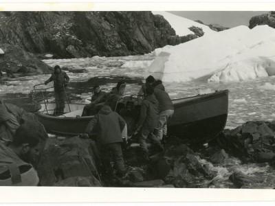 Equipo del Departamento de Cine y TV durante grabación de documental en la Antártica.