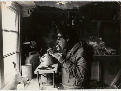 Rubén Soto en el Refugio de Glaciología en Point Spring, durante grabación de documental en la Antártica.