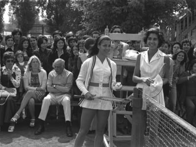 A la izquierda, Leyla Musalem en exhibición de tenis femenino. Estadio UTE. 1973.