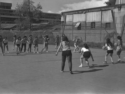 Práctica de vóleibol femenino entre estudiantes de la UTE. 1973.