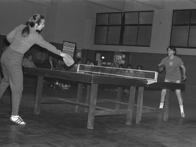 Partido de tenis de mesa femenino disputado entre representantes de la UTE y Colo-Colo, Lucía Galarce. 1974.