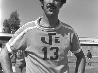 """Jorge """"lulo"""" Socías, referente del Club Universidad de Chile en amistoso con el equipo de la UTE. 1974."""