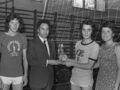 Gracián Miño, jefe del Club de Deportes de la UTE, entregando trofeo en la final del campeonato de vóleibol. Fecha estimada, 1974.