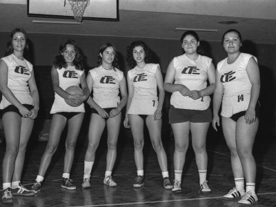 Equipo de vóleibol feminino en la final de campeonato. Fecha estimada, 1974.