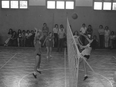 Equipo de vóleibol femenino en final de campeonato. Fecha estimada, 1974.