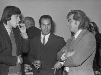 José Ramírez (centro), funcionario y atleta de la universidad junto a Osvaldo Lagos (derecha), actor del Teatro Teknos en cóctel de reconocimiento a Carmen Oye. Fecha estimada, 1974.