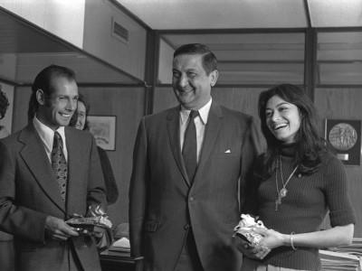Rector delegado Eugenio Reyes Tastets entregando premios a atletas José Ramírez y Carmen Oye. Fecha estimada, 1975.