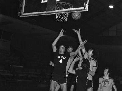 Partido de básquetbol disputado entre Ingeniería UTE y el Club Quinta Normal Unido. Fecha desconocida.