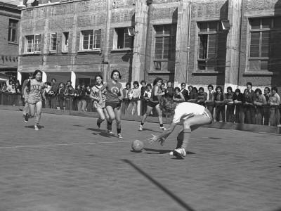 Baby fútbol entre estudiantes de la Facultad de Administración y Economía y la Facultad de Educación. Fecha desconocida.