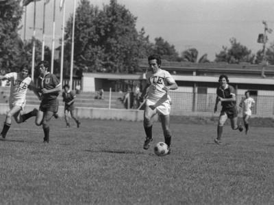 Encuentro entre plantel de fútbol de la UTE y Universidad de Chile en las celebraciones del día nacional del deporte, 1974.