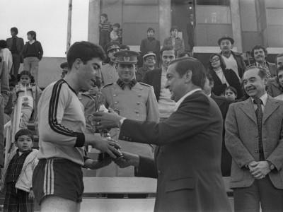 Rector delegado Coronel Eugenio Reyes Tastets entregando premio a futbolista en final de Torneo Universitario Militar. Fecha desconocida.