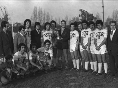 Rector delegado Coronel Eugenio Reyes Tastets junto a plantel de fútbol de la universidad. Fecha desconocida.