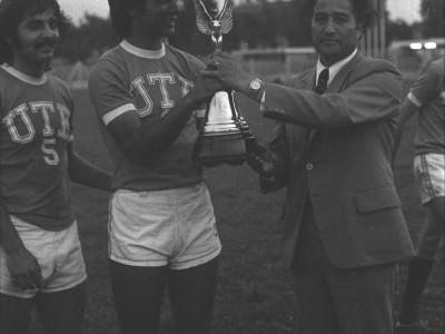 Gracian Miño junto a futbolista de la UTE en entrega de premio por final de campeonato interno UTE. Fecha desconocida.