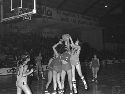 Plantel de básquetbol femenino UTE versus plantel de la Universidad Austral. Campeonato Nacional Universitario de Básquetbol Femenino organizado por la Universidad Técnica del Estado, 1976.