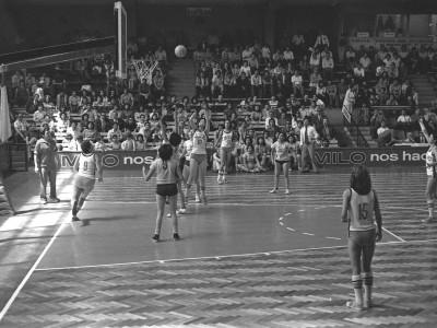Plantel de básquetbol femenino UTE versus plantel de la Universidad Católica del Norte. Campeonato Nacional Universitario de Básquetbol Femenino organizado por la Universidad Técnica del Estado, 1976.