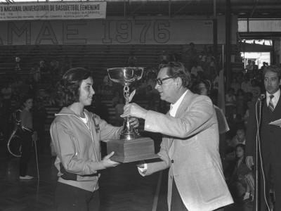 Premiación plantel de básquetbol femenino en final de Campeonato Nacional Universitario Femenino, 1976.