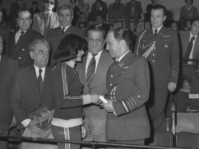Premiación plantel de básquetbol femenino en final de Campeonato Nacional Universitario Femenino en presencia del rector delegado Eugenio Reyes Tastets, 1976.