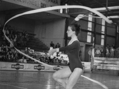 Exhibición de gimnasia rítmica en Campeonato Nacional Universitario de Básquetbol Femenino organizado por la Universidad Técnica del Estado, 1976.