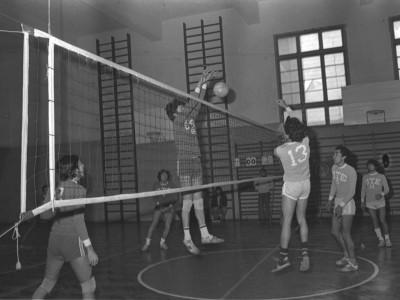 Competición interna de vóleibol por la Copa Ingeniería en el marco de las celebraciones de aniversario de la institución. Fecha desconocida.