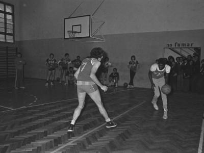 Entrenamiento de básquetbol masculino UTE. Con el balón, el panameño Saint Homer. Fecha desconocida.