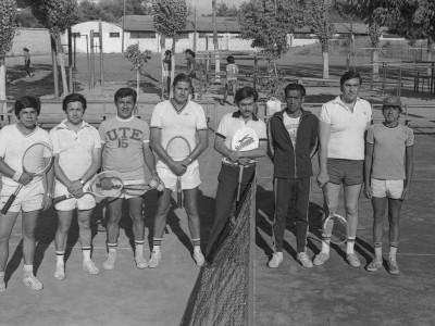 Competición de tenis en Olimpiadas de Funcionarios UTE. Destaca al centro Maximiliano Flores, jefe de Sección Créditos Deportivos del Departamento Central de Educación Física. Fecha estimada, 1974.