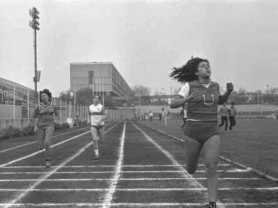 Carrera de metros planos femenino en el 1° Torneo Universitario de Atletismo, Trofeo Arturo Prat Chacón. Fecha desconocida.