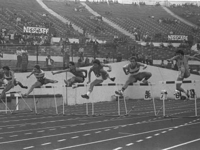 Carrera de vallas masculino en el 1° Torneo Universitario de Atletismo, Trofeo Arturo Prat Chacón. Fecha desconocida.