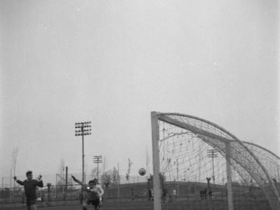 Competencia de fútbol en Olimpiadas de funcionarios y funcionarias UTE. 1965.