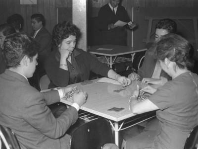 Competencia de dominó en Olimpiadas de funcionarios y funcionarias UTE. 1965.