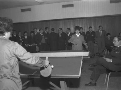 Funcionarias de la UTE compitiendo en Olimpiadas Deportivas. 1965.