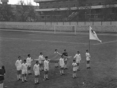 Presentación de equipos de fútbol en Olimpiadas de funcionarios y funcionarias UTE. 1965.
