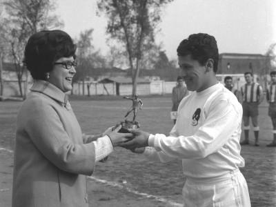 Premiación competencia de fútbol en Olimpiadas de funcionarios y funcionarias UTE. 1965.